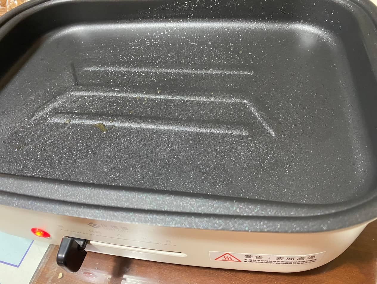 伊德爾烤盤上油預熱